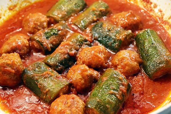 Ricetta Zucchine Ripiene Di Carne Al Sugo.Zucchine Ripiene In Umido Con Polpette Ricetta Di Servire Ben Caldo